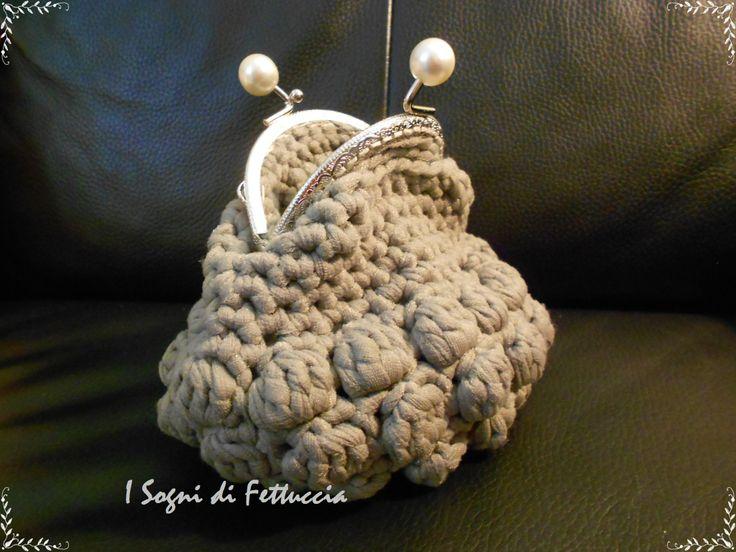 borsellino grigio a nocciolina, con perle sulla chiusura