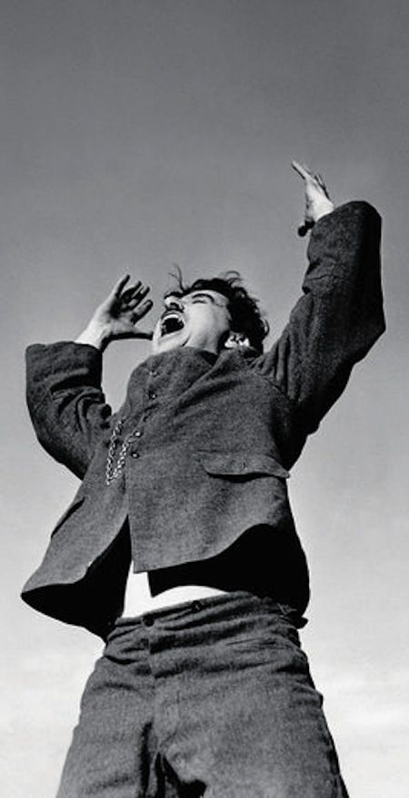 #Director   Charlie Chaplin en el set de 'El gran dictador' (1940) www.beewatcher.es