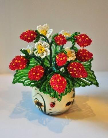 Клубника из бисера: спелые ягоды и цветы своими руками