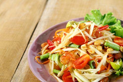 Voilà une salade relevée. Mordue d'épicé ' Ajoutez encore un peu de sambal 'lek à la vinaigrette.