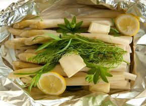 Bei diesem Spargel Rezept braucht man kein Wasser zum Kochen - einfach auf den Grill oder in den Backofen legen und schon ist es fertig!