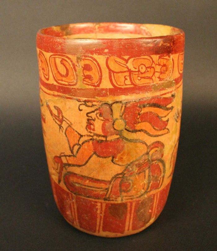 Vaso trípode polícromo – Museo Chileno de Arte Precolombino Museo Chileno de Arte Precolombino