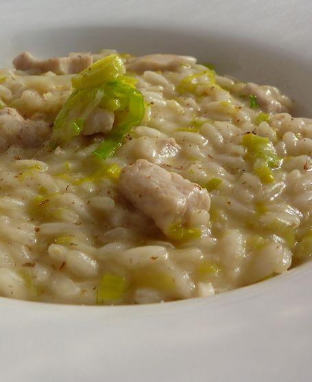 Al riso Carnaroli unite il porro e i bocconcini di pollo. Mantecate con il burro rimasto, il parmigiano e una generosa spolverata di pepe del bengala.