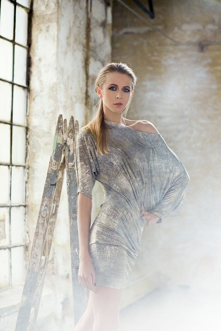 Asymetryczna, srebrzysta tunika. Dostępna również w kolorze złotym. Asymetric, silver tunic. Avaliable also in gold color option. http://www.bee.com.pl/e-sklep/
