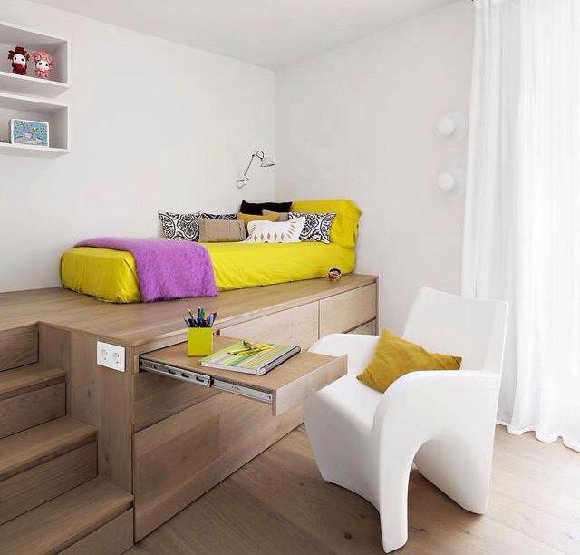 Cama em deck, com escrivaninha embutida e armário.
