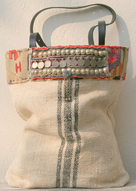 La base para esta totalmente hecho a mano bolsa es un viejo graanzak (o meelzak), color natural con tres rayas negras. Muy viejo!, uso y desgaste,