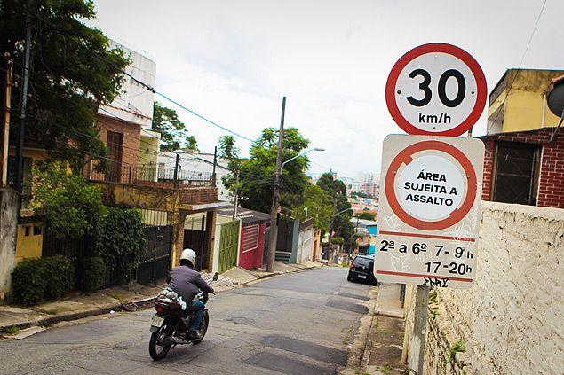 Moradores criam 'placa' de rua para avisar sobre roubos em São Paulo