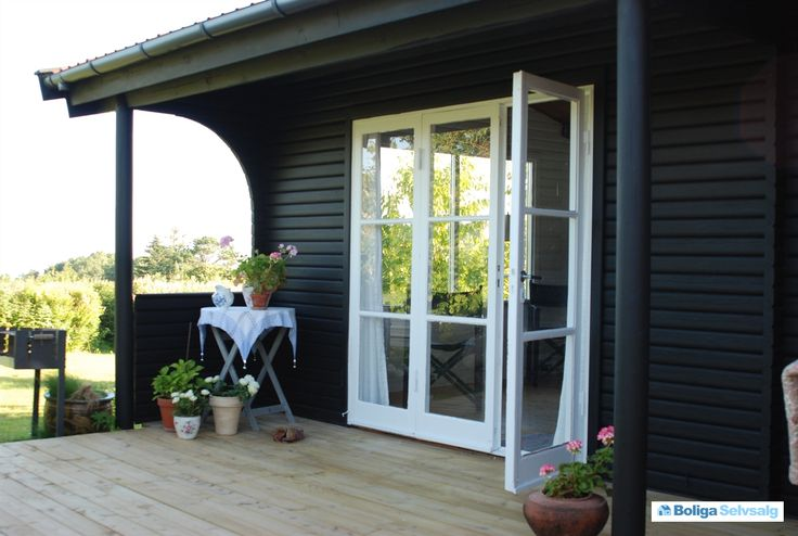 Vi sælger med vemod vores skønne sommerhus i Veddinge bakker. Huset er et rigtigt sommerhus i ordets bedste forstand. Huset er lille men veldisponeret med 2 værelser, toilet, køkken og en dejlig stue med udsigt over sejerøbugten fra vinduet ud mod haven. En stor træterasse forbinder huset med det hy