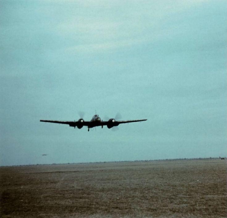 Истребитель Мессершмитт Bf.110 C-5 из 7-й эскадрильи 2-й учебной эскадры люфтваффе взлетает с аэродрома