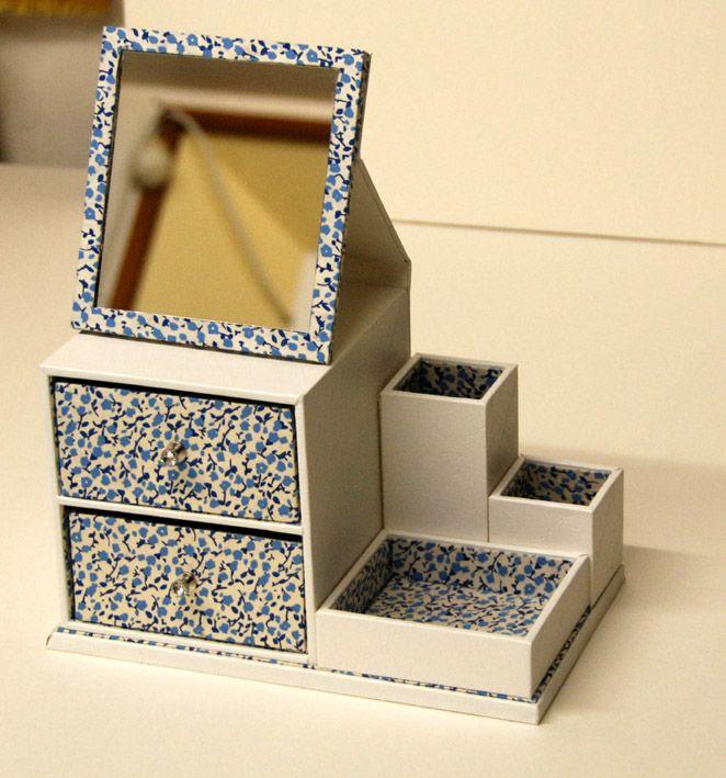 """Le cartonnage permet de faire un petit cadeau sympa, c'est pourquoi j'ai fait une """"corbeille Régine"""" ( modèle Théière de bois) pour en a..."""