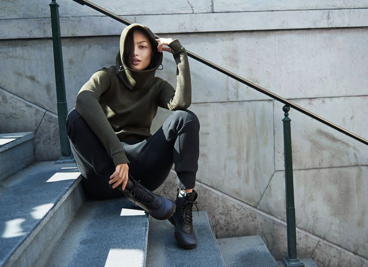 A far cry from the fleece you grew up with, the coveted Nike Tech Fleece combines a layer of premium micro foam between 2 layers of smooth…
