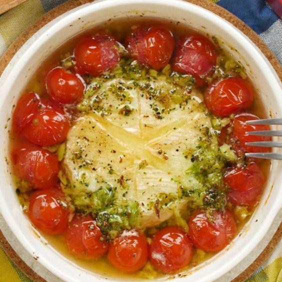 今回ご紹介するのは「カマンベールアヒージョ」のレシピ動画。アヒージョの具材といえばエビやきのこが定番ですが、実はカマンベールやトマトも合うんです。バゲットにたっぷりつけてあつあつを召し上がれ!