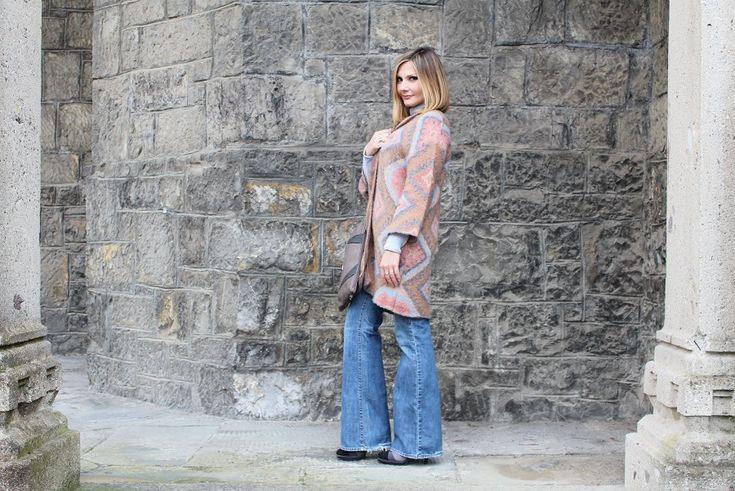 Il 2014 ha segnato il ritorno dei pantaloni a zampa di elefante. Ecco come abbinarli per slanciare la figura e ricreare un look hippie-chic. #outfit #fashionblog #fashionblogger www.cocoetlavieenrose.com