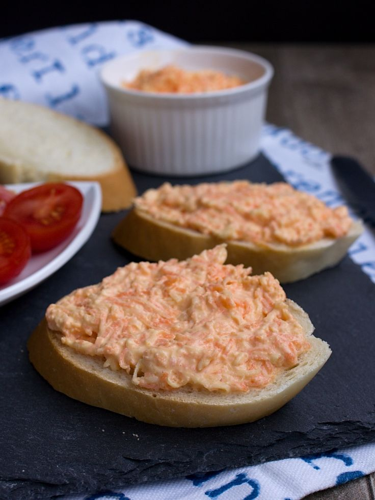 Další pomazánka, která se často vyskytuje na našem stole během oslav, je zeleninová ze syrové mrkve a celeru. Pokud netrpíte alergií na tuhl...
