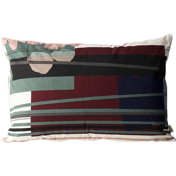 Ferm Livingin isoa Colour Block 3 -tyynyä koristaa moderni käsinpainettu kuosi, joka rakentuu erisävyisistä väripalkeista ja niiden päällä kulkevista horisontaalisista linjoista. Tyynynpäällinen on valmistettu sataprosenttisesta luomupuuvillasta, ja täytteenä on höyheniä ja untuvaa.