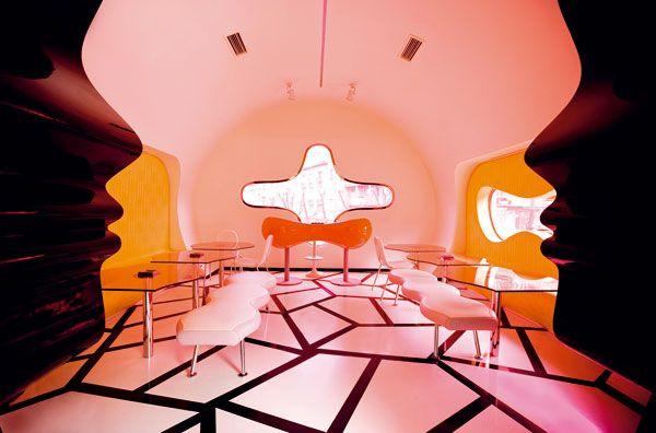 záľuba v zmyselných líniách a farbách #ASB #interior #design #café #Karim #Rashid