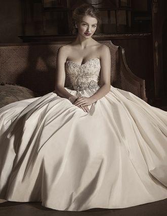 マリア・ラブレース(Maria Lovelace) Antoinette/Anne Barge シャンテリーレースに施されたスワロフスキーのビジューと、 流麗に広がるシルクタフタのプリンセスラインドレス。