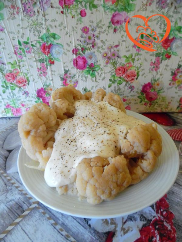 Cavolfiore con fonduta di formaggi  http://www.cuocaperpassione.it/ricetta/b3351f4c-9f72-6375-b10c-ff0000780917/Cavolfiore_con_fonduta_di_formaggi