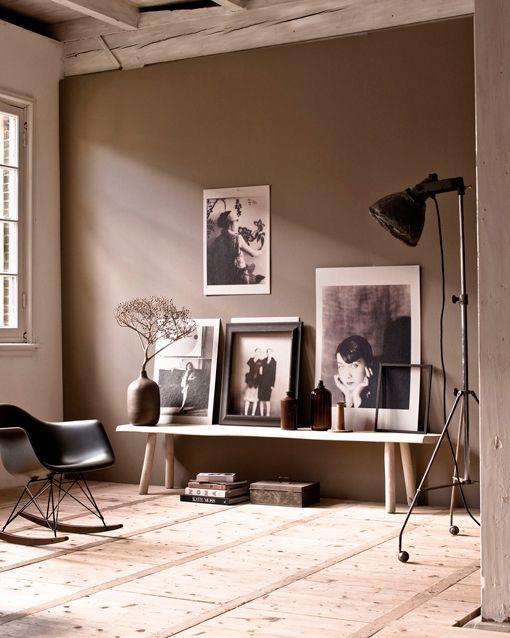 Colores invernales: pared pintada en color sepia con fotos en blanco y negro vía decoratrix.com