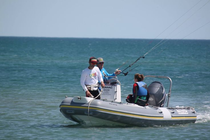 Apprendre le kitesurf en toute sécurité avec un bateau des des radios pour un apprentissage safe en bord de plage comme en eau profonde