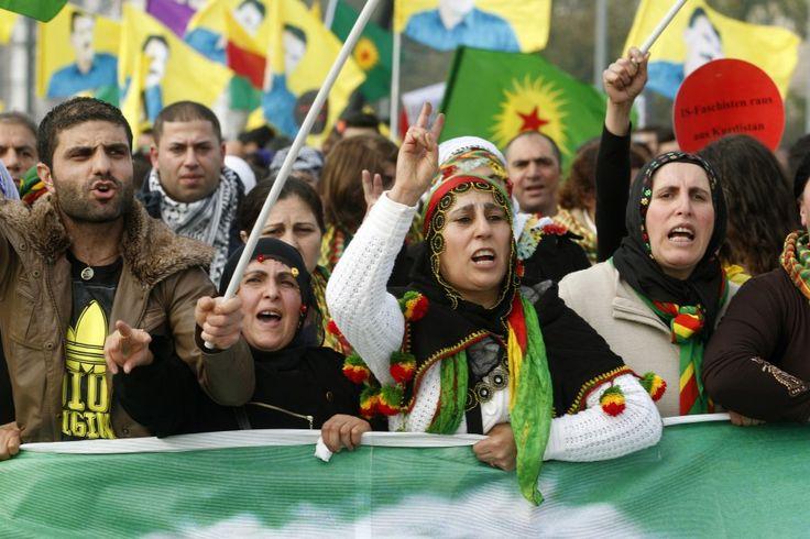 Die Stadt #Kobani steht vor dem Fall, während #Erdogans Truppen tatenlos hinter der Grenze zusehen. Der Türkei droht nun ein neuer #Bürgerkrieg. Und der #Konflikt wird auch in #Deutschland ausgetragen.