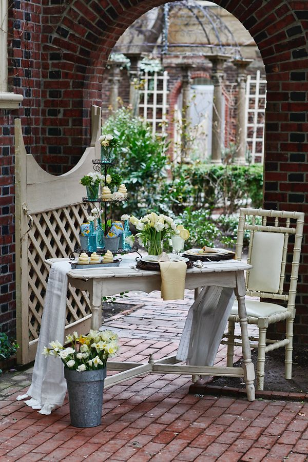 Easter decoration #easterAlfresco, Easter Parties, Court Yards, Tables Display, Outdoor Parties, Summer Patios, Celebrities Plastic Surgery, Parties Inspiration, Courtyards