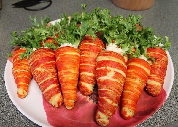 Ингредиенты: – 2 упаковки слоеного охлажденного теста – оранжевый пищевой краситель (или морковный сок с добавлением томат-пасты) – любой вкусный салат – зелень укропа или салата Также понадобится не…
