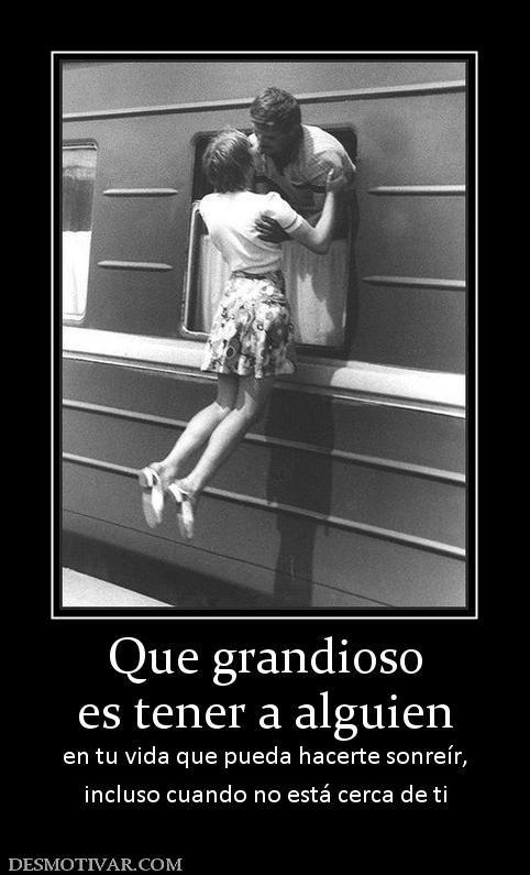 Que grandioso es tener a alguien en tu vida que pueda hacerte sonreír, incluso cuando no está cerca de ti