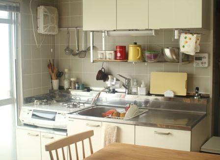 団地のキッチンって狭くて使いづらい・・・のかと思いきや、そうでもないんです。 シンクも調理台ガスコンロ置き場も充分な広さがあるし、 ベランダに面しているので、光と風がたっぷり入り、気持ちがいい空間です。 我が家は古い公営団地ですが、10年ほど前にリフォームされたお部屋なので、お風呂、キッチン、洗面台の三点給湯の設備があり、いずれの水栓もレバー式で、不便は全く感じられません^^ 食洗機だけが恋しいですが・・・(笑) マンションと違ってかなーりオープンなキッチン・・・ 我が家のキッチンツールはわりとカラフルなので、白を基調に、でもにぎやかなキッチンとなっております。団地的before after~キッチン・ダイニング~ : いっとこ物語