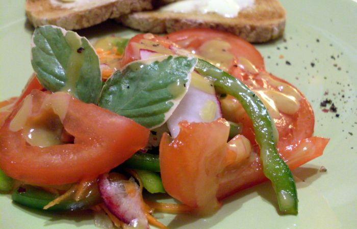 Honey-mustard dressing on a light and crispy salad with fresh vegetables    Sos miodowo-musztardowy
