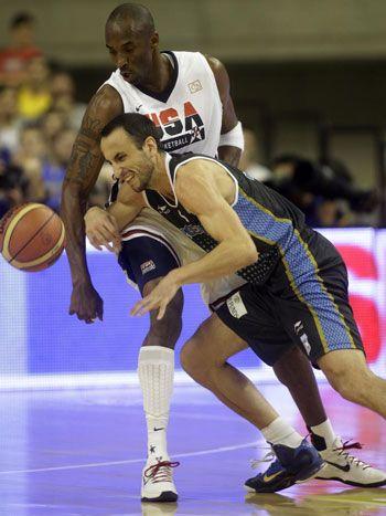 Este foto es de Manu Ginobili y Kobe Bryant. Ellos competieron en los Juegos Olímpicos.