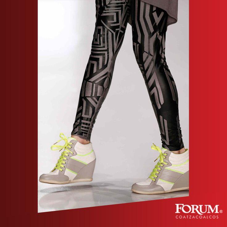 """Vuelven los """"zapatos con plataformas"""" alta y hasta grotesca. Los sneakers son ideales para aquellas que quieran un look más urbano al tiempo que aprovechan tener unos centímetros de más. Esto se debe a que tienen el aspecto de una zapatilla deportiva, pero tienen unos centímetros de tacón escondidos."""
