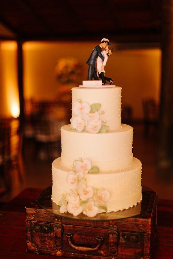 Bolo de casamento com tres andares em pasta americana off white, flores de açúcar e topo de bolo em biscuit personalizado.    Casamento   Aline + Hugo   Vestida de Noiva   Blog de Casamento por Fernanda Floret