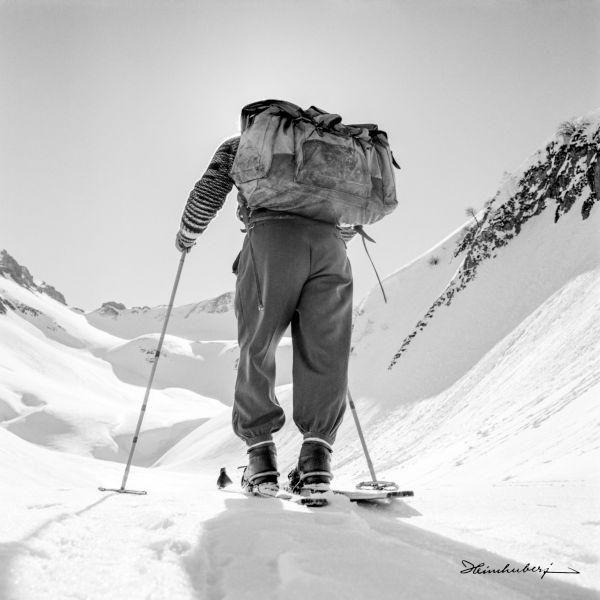 Nostalgische Winterbilder aus den Allgäuer Bergen online entdecken! Winterfreuden wie Skitouren, Eisklettern, Eisstockschießen, Eislaufen und Rodeln.
