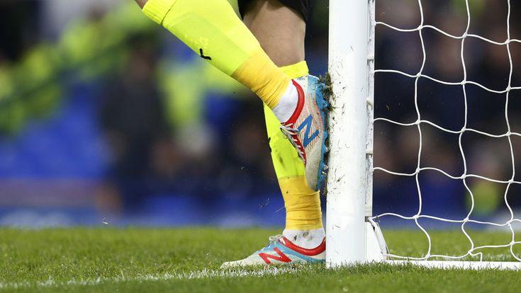 """ICYMI: """"Mala calidad"""": Estrella del Manchester demanda a New Balance porque sus botas le dañaron los pies"""