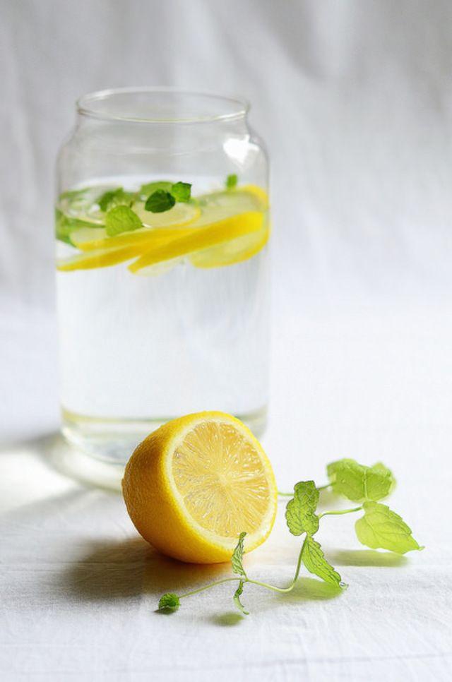 定番なのが、レモンとミントの組み合わせ!ミランダ・カーもこのデトックスウォーターを毎朝飲んでいると話題になりました。レモンには利尿作用と抗菌作用が、ミントにも毒素を排出するデトックス効果があります。
