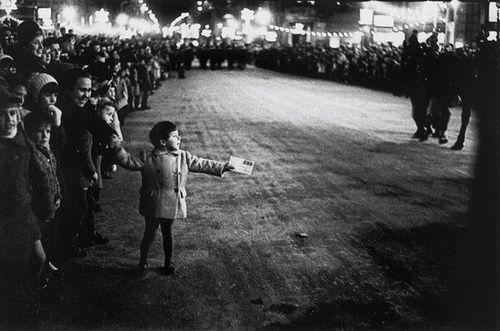 'Barcelona, 1962', Multitud d'adults i infants esperant per veure la cavalcada dels Reis Mags, Xavier Miserachs, 1962, Col·lecció MACBA. Centre d'Estudis i Documentació. Fons Xavier Miserachs