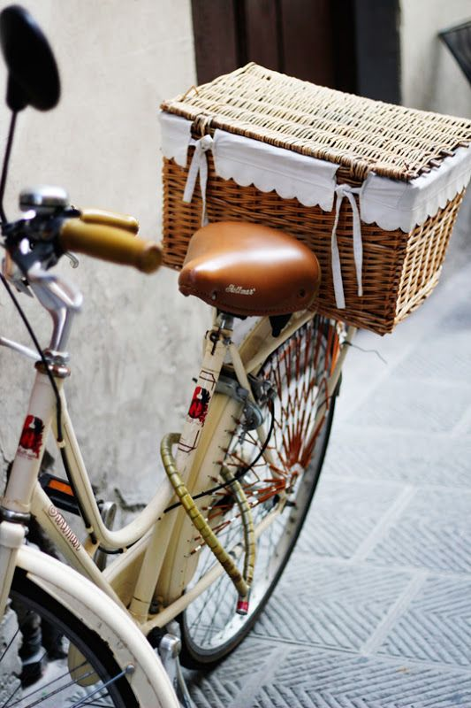 wicker basket bicycle with scallop trim//