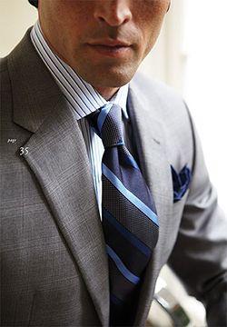 Las líneas de la camisa son más delgadas que las que componen el patrón de la corbata.