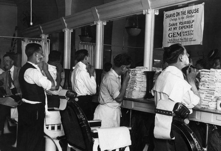 Barbiere in sciopero Clienti abituali si fanno la barba gratis dal barbiere, durante uno sciopero a New York negli anni Trenta. (Fox Photos/Getty Images)