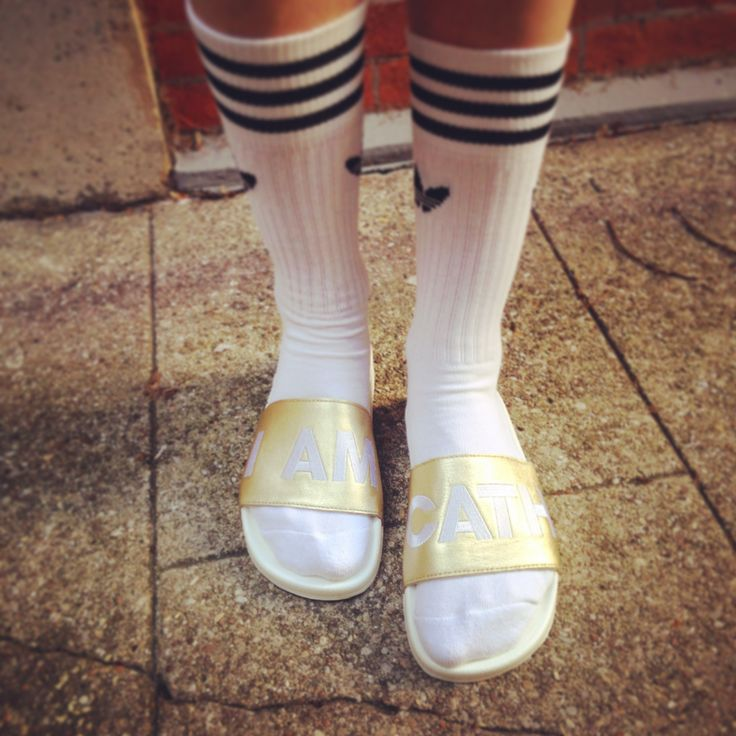 Complètement amoureuse de mes Adilettes #adilette #adidas #sandales #claquette #summershoes #swimmingpool #look #mode #style #summer #blogmode #socks #streetwear #streetlife #tennis #sport