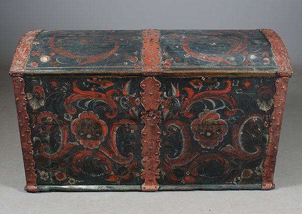 Rosemalt kiste med eierinitialer og dat. 1825. L: 112 cm. Def. lås. Prisantydning: ( 3000 - 4000) Solgt for: 2800