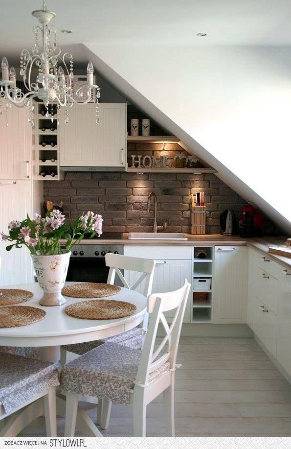 anche in una piccola mansarda può trovare spazio una cucina con gusto e funzionalità