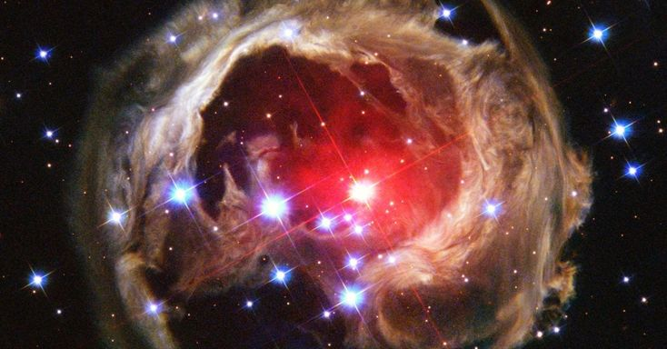 A estrela V838 Mon, que fica a 20 mil anos-luz na Constelação do Unicórnio, ainda enfrenta um eco de luz, fenômeno em que o brilho refletido por um meio chega ao observador depois do flash inicial (que pode ser causado pela explosão de uma supernova, por exemplo), como mostra imagem acima do telescópio espacial Hubble.