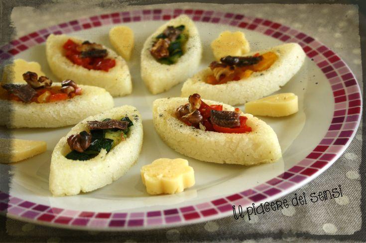 Barchette di polenta con verdure grigliate, noci e acciughe http://ilnuovopiaceredeisensi.altervista.org/barchette-polenta-verdure-grigliate-noci-acciughe/ #happyflex #antipasto #peperoni #acciughe #aperitivo #ilpiaceredeisensi