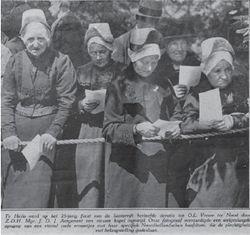 Vrouwen met de hulletjes bij de gelegenheid van het 25-jarig jubileum in 1930, toen nog de klederdracht, op Kapel. Van links naar rechts: mw. Zeeman, mw. Kabel, mw. Pater, en mw. Molenaar. De foto werd gepubliceerd in juli 1930 in de Katholieke Illustratie.