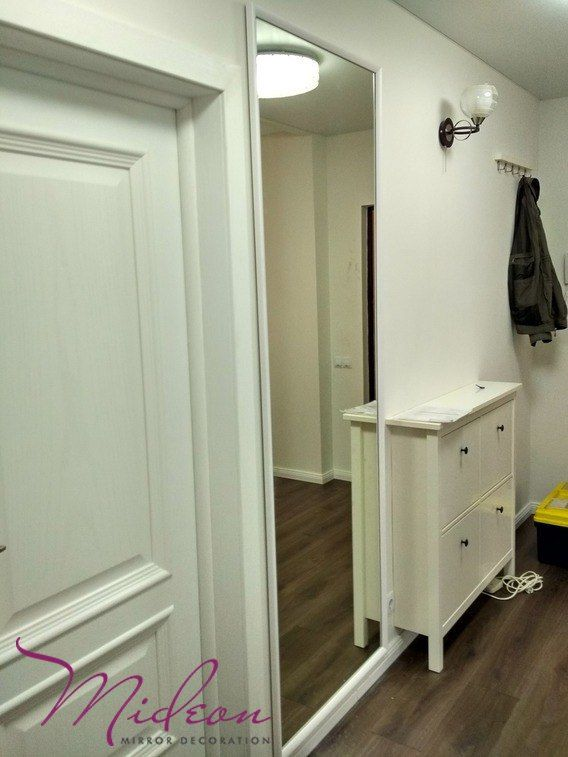 Коридор – важная часть квартиры, ведь именно он влияет на первое впечатление от дома. Всегда приятно заходить в красивое и уютное помещение, а не в темный и тесный закуток. Правильно подобранное зеркало на стену способно преобразить узкий и длинный коридор, сделав его визуально больше и просторней. А если его повесить таким образом, чтобы в нем отражались лампы или люстра, помещение можно сделать ещё и намного светлей. Стены можно украсить не только одиночным зеркалом, но и целым зеркальным…