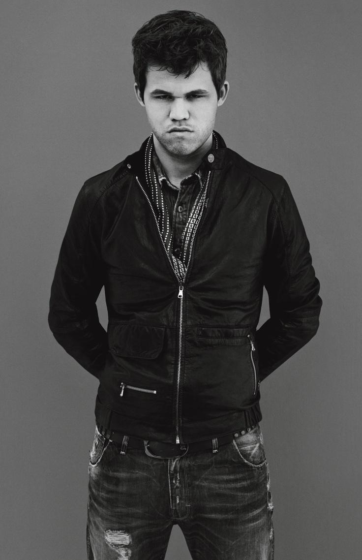 """Magnus Carlsen (chessmaster) by Anton Corbijn """"Etwa 1000 Spiele hat er in seinem Gedächtnis gespeichert, er kann jede Bewegung mit ihren Konsequenzen abrufen. So gelingt es ihm, während eines Spiels 15 bis 20 Züge im Voraus zu berechnen und zu bewerten. """"In meinem Kopf passiert vieles automatisch, die Intuition weiß an der Kreuzung von alleine, welche Abzweigung sie nehmen muss"""", sagt Carlsen"""" siehe: spon091113"""