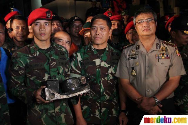 Anggota Kopassus menemukan Black Box pesawat Sukhoi SJ-100 yang jatuh di Gunung Salak, Bogor, Selasa (15/5).