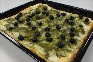 Kartoffelpizza med grøn pesto og oliven